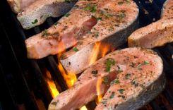 Стейки з лосося, що готуються на грилі