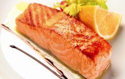 Стейк з лосося приготовлений на грилі
